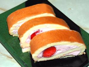 フルーティな苺クリームのロールケーキ