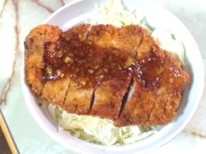 生姜焼きソースをかけたトンカツ丼