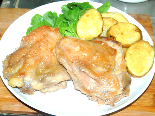 鶏ももステーキとじゃがいものにんにくソース添え