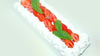 苺のスクエア三段ケーキ