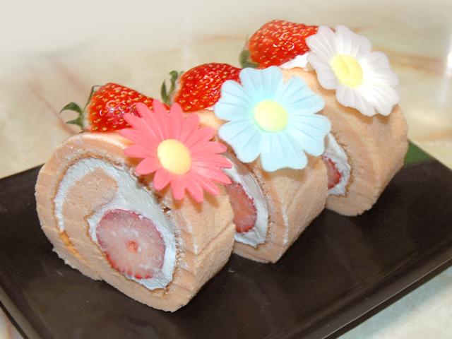 ほんのりピンク!春の苺ロールケーキ