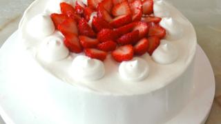 シフォン風スポンジで!苺のシンプルデコケーキ