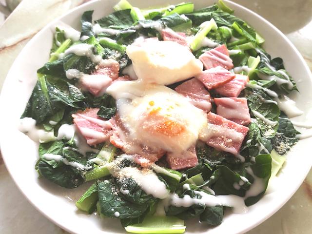 小松菜とベーコンの温泉卵乗せサラダ